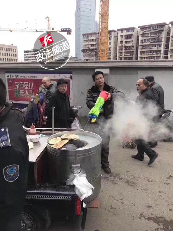 """长沙城管水枪执法成""""网红"""",摊贩都被逗乐了"""