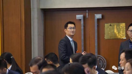 会议开始前,全国人大代表、腾讯董事会主席马化腾走入会场