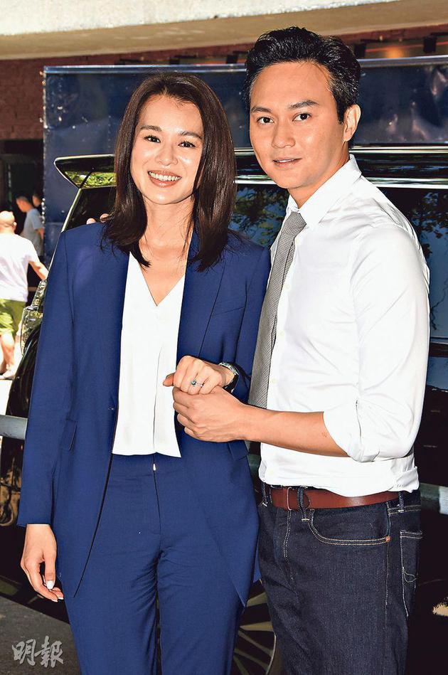 张智霖(右)示范为胡杏儿(左)戴上求婚戒指,但他忘了是戴左手还是右手。