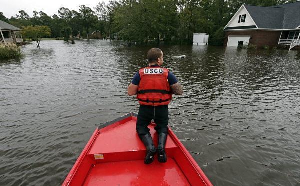 """飓风""""佛罗伦斯""""袭美致16死 居民排几小时队抢购水"""