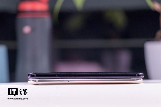 1、用戶界面對異形屏幕的適配 OPPO R15采用了一塊頂部開有缺口的異形全面屏,關于用戶界面對這塊異形全面屏的優化,IT之家認為,在系統本身以及系統應用的層級,OPPO R15已經對這種形態的屏幕進行了很好的適配,而在部分第三方應用上,這種形態的屏幕顯然還沒有準備好。 比如在運行《安兔兔評測》應用時,這款應用標題欄上的字體會因頂部缺口的設計而有所缺失;  再如用《嗶哩嗶哩》應用看視頻時,視頻左側的畫面會被屏幕上的缺口遮擋;  還有游戲《王者榮耀》,OPPO R15的屏幕缺口造成了屏幕畫面元素的部分缺失