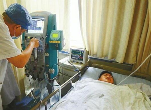 图为:2010年底,孟凡森因一段视频走红目前,孟凡森在山东大学齐鲁医院抢救