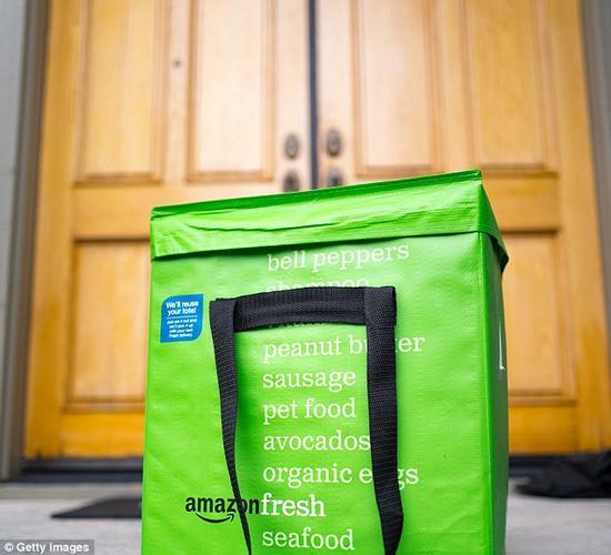 送货上门后,亚马逊快递员会在门口拍照、上传服务器