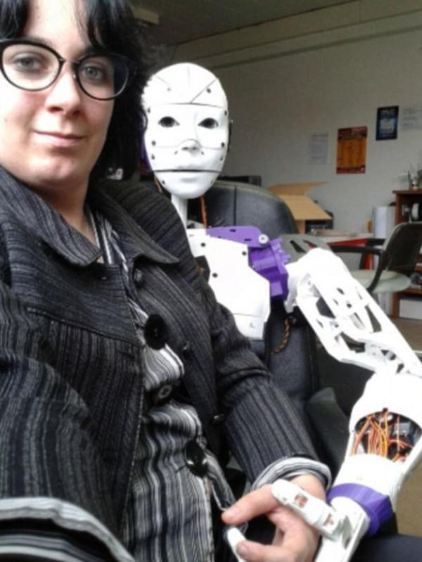 机器人来发狗粮 法国一女子与机器人订婚的照片 - 2