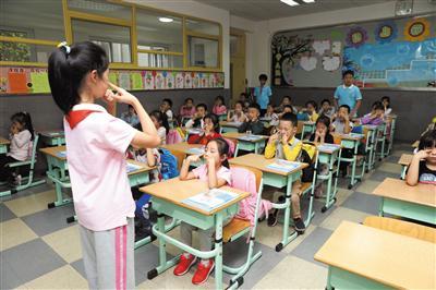 中关村二小百旺校区高年级学生带领一年级学生做眼保健操。新京报记者 王远征 摄