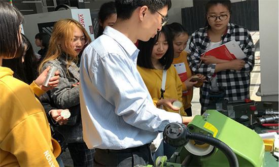 90后科研达人获7项专利 教学生在鸡蛋上雕刻