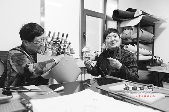 【图片新闻】兰州俩退休姐妹创办皮具工作室