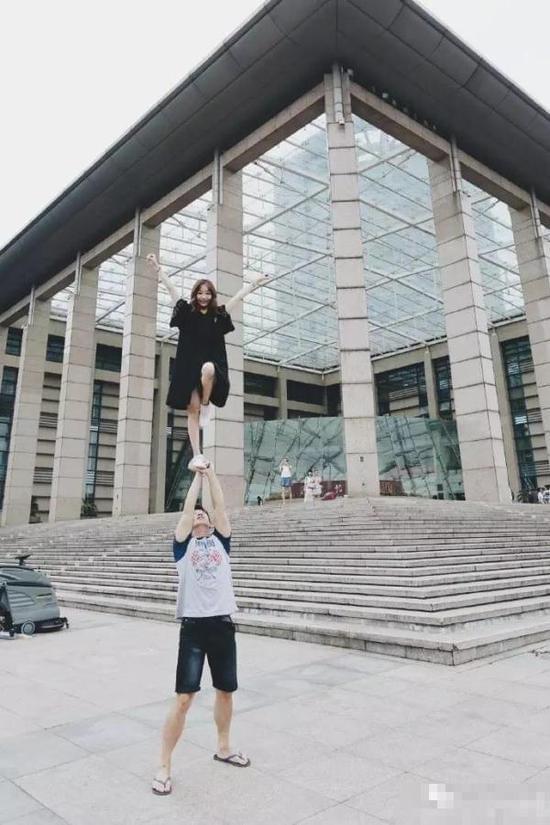 浙大美女拍高难度毕业照 网友:给跪了