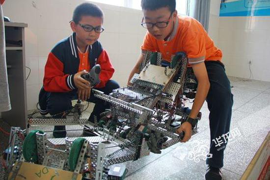 """滨江实验学校举行首届机器人程序设计大赛 15公斤""""笨重""""机器人""""好听话"""""""