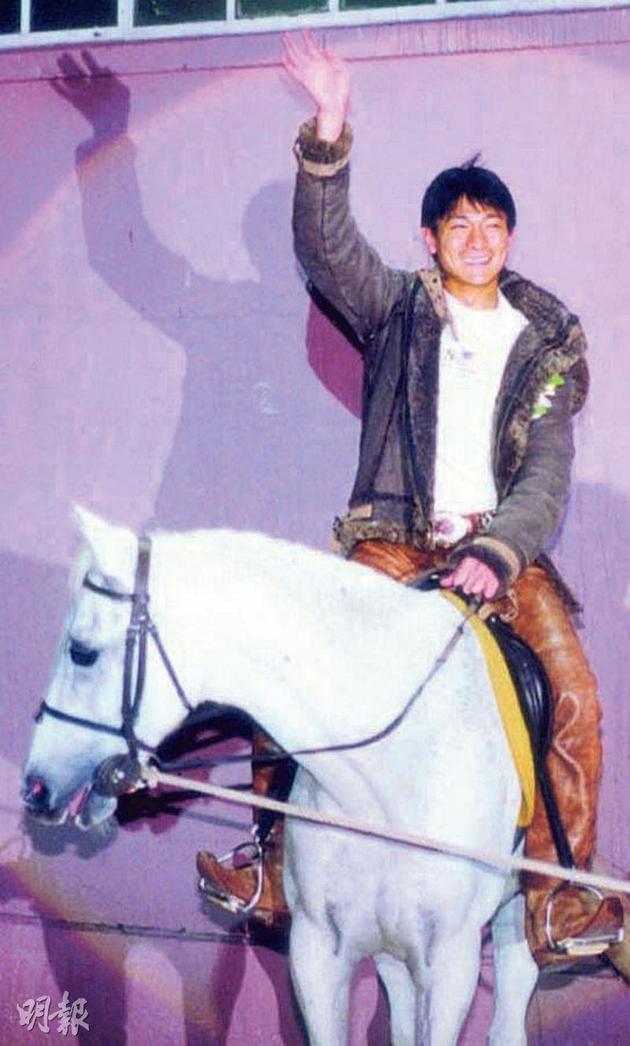 刘德华在2000年在同一地点主持圣诞亮灯仪式,当时他骑着白马登场酷毙了。
