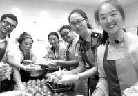 高校新生制作月饼 10公斤月饼上有首任校长校训