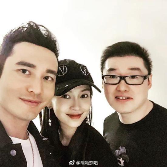 黄晓明Baby同框与友人合影 亲密无间笑容灿烂