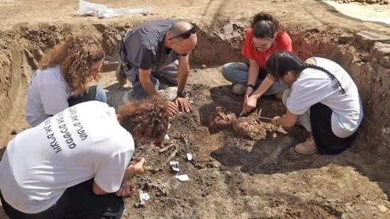 [图]高校学生在以色列考古发掘中发现4000年历史的陶瓷壶