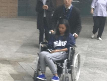 曝吉克隽逸坐轮椅现身医院 面色憔悴痛苦难忍