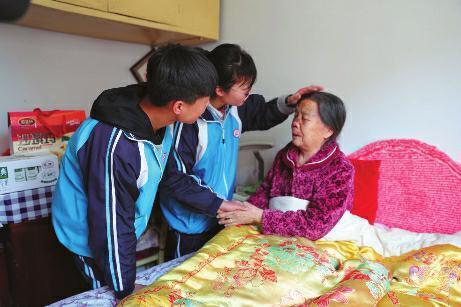 86岁老太摔伤 俩高中生急救送医不留名