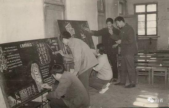 77级经济系当时班级出板报的照片。受访者供图