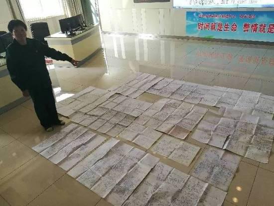 梁瑞梅向记者展示近年来的部分手绘地图。新华社记者 王井怀 摄