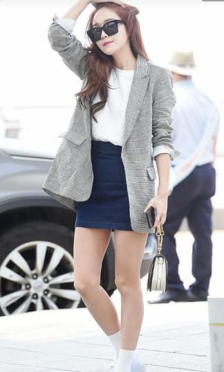 郑秀妍现身机场帅气撩发 网友:袜子短点腿更长