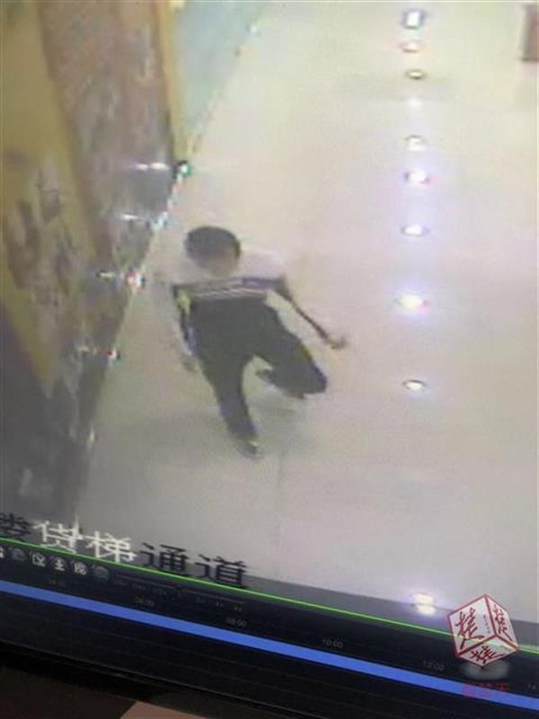 女子商场如厕遭变态男偷窥 求助保洁员被拒绝