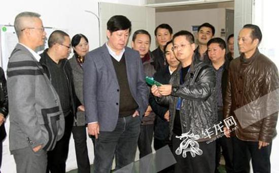 """重庆高校建""""校中厂""""年产值300万 学生边学习边""""挣钱"""""""