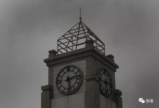 四川绵竹汉旺镇东方汽轮机厂外的钟楼,钟楼上大钟的时刻永远定格在了2008年5月12日14时28分。新京报记者王贵彬 摄