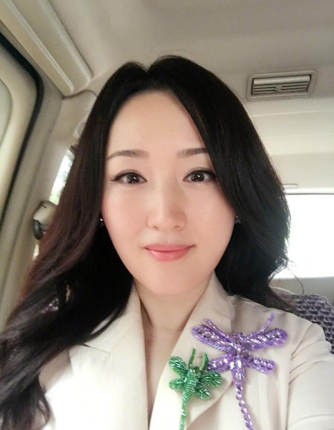 杨钰莹早起晒自拍照:克服一些弱点取得一些进步