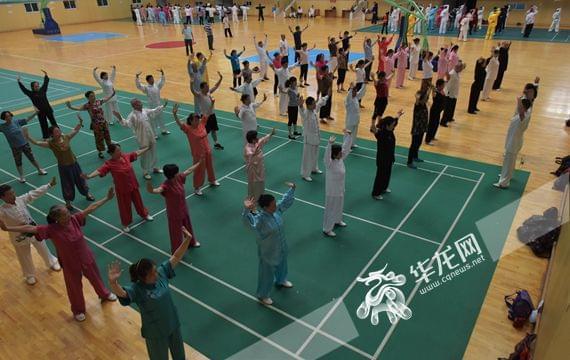 重庆市健身气功志愿服务队到石柱县教健身气功