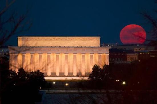 2011年3月19日,林肯纪念堂附近升起的超级月亮,由nasa资深摄影师bill