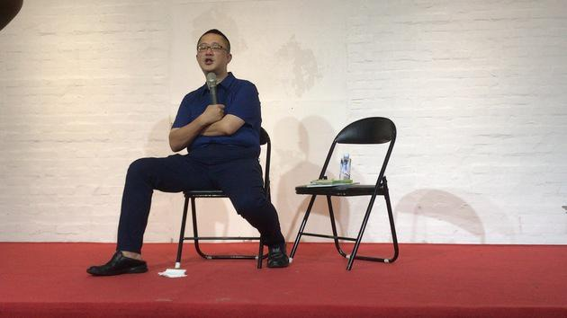 胡景晖开发布会腿不停抖:离开我爱我家是对的