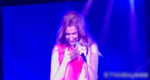 席琳狄翁演唱会哽咽落泪