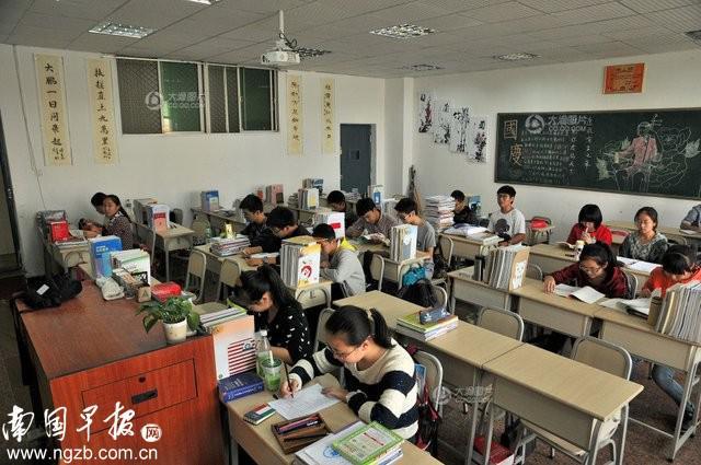 女子冒充老师进教室派发眼镜收押金 收学生1千多元