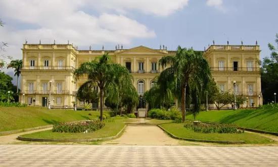 巴西国家博物馆遭遇大火 200年历史一夜灰飞烟灭