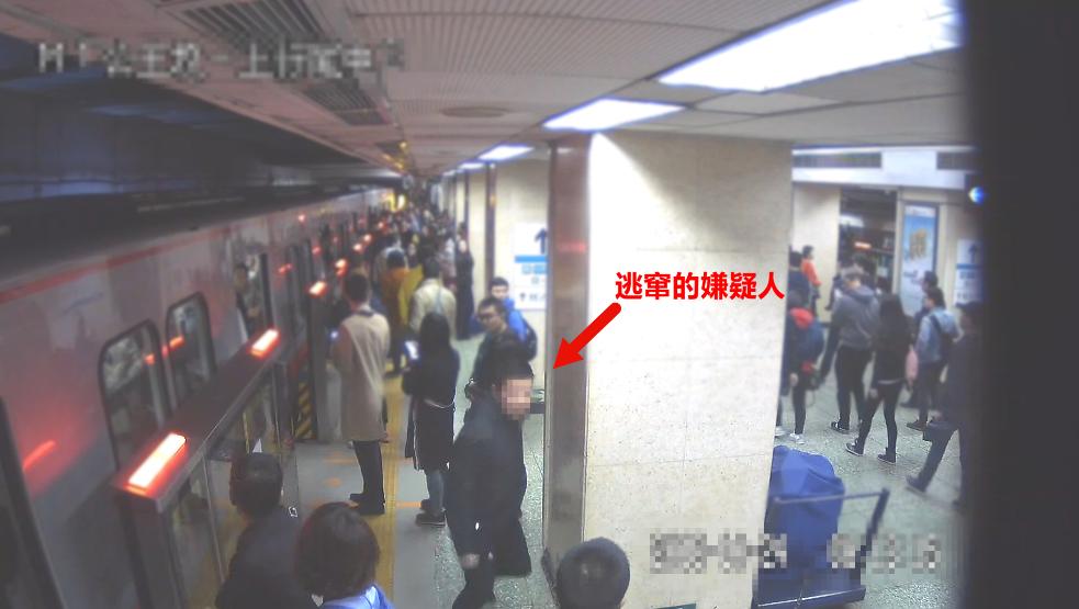 男子地铁里行窃被发现撒抛赃款 欲趁乱逃脱被刑拘