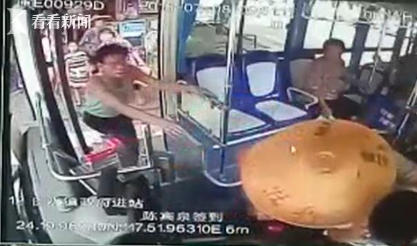 老人一言不合推搡打骂女乘客 公交司机报警遭暴打