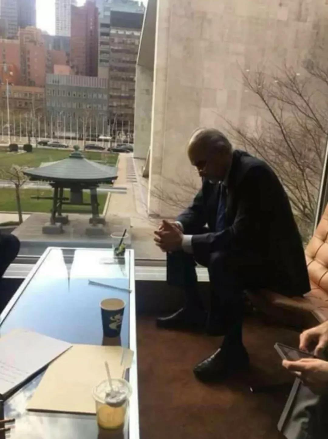 这张外国外交官的照片刷了屏 网友:弱国无外交