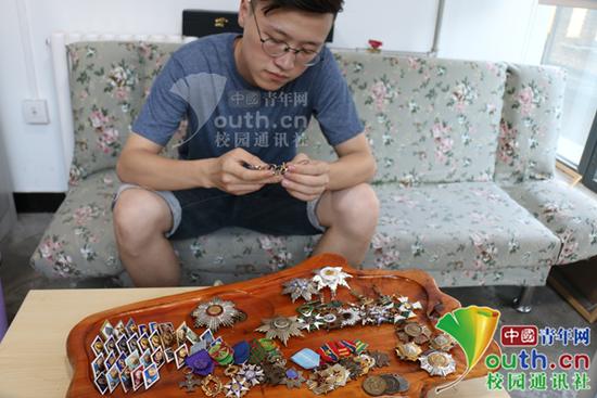 男生研究徽章年收入超20万 编写《南开证章文化》