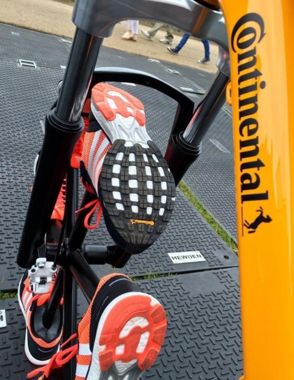 不用橡胶造轮胎 马牌改用跑鞋造了两个轮胎的照片 - 3