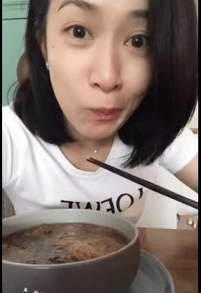 佘诗曼晒吃素餐视频 自称本宫大眼卖萌超可爱