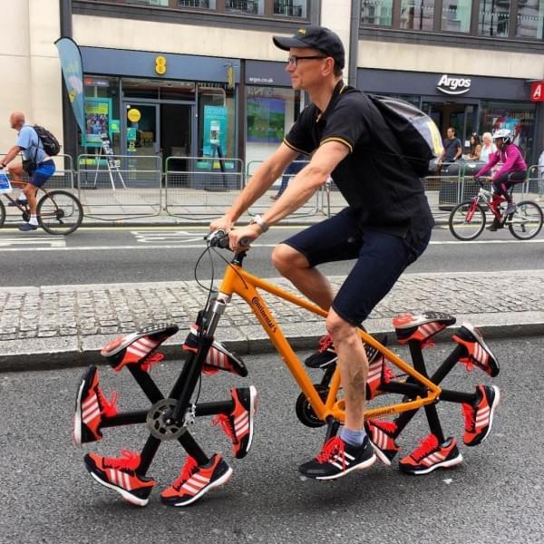 不用橡胶造轮胎 马牌改用跑鞋造了两个轮胎的照片 - 2