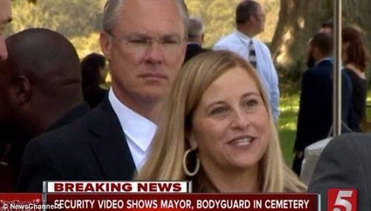 美国女市长被曝与保镖在公墓约会 疑似被拍下裸照