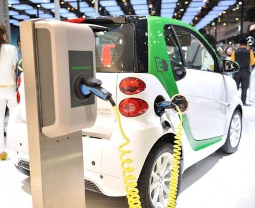 根据中国汽车工业协会日前公布的数据显示,今年1至11月,新能源汽车产销分别完成63.9万辆和60.9万辆,同比分别增长49.7%和51.4%。其中纯电动汽车产销分别完成53.2万辆和50.4万辆,同比分别增长56.6%和59.4%;插电式混合动力汽车产销分别完成10.7万辆和10.5万辆,同比分别增长22.5%和21.8%。