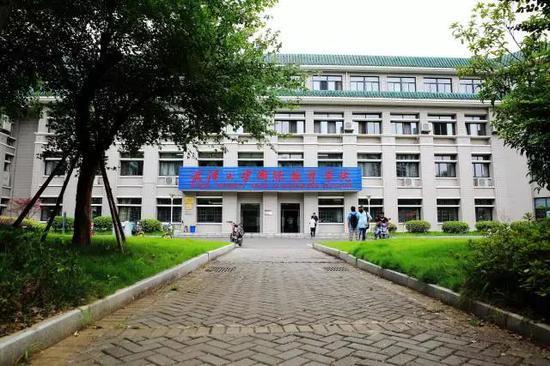 """武汉大学现""""中国学生不得入内""""标识? 官方通报"""