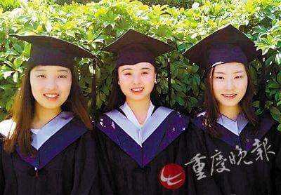 三名女大学生毕业照走红朋友圈 奖状铺满地板