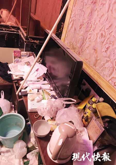 87歲老人住賓館2年不讓打掃不肯回家 床單沾著糞便