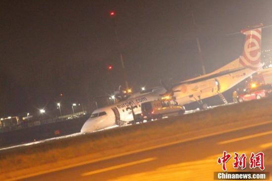 波兰航空一架飞机起落架故障 紧急着陆飞机头部着地