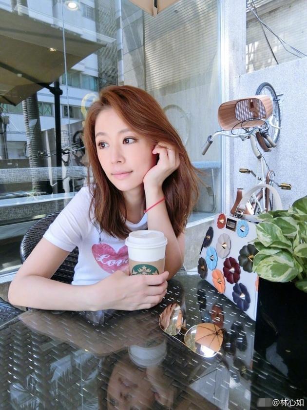 林心如躲遮阳伞下喝咖啡 网友:晒晒更健康