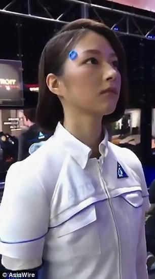外国网友吵翻:东京游戏展这个模特是人是机器?
