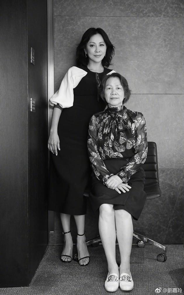 刘嘉玲晒合照为母庆生 气质优雅获赞冻龄母女