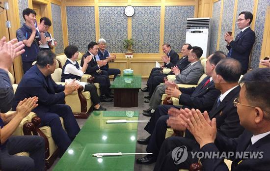 10日,韩方对朝鲜代表团的到来表示热烈欢迎。(韩联社)