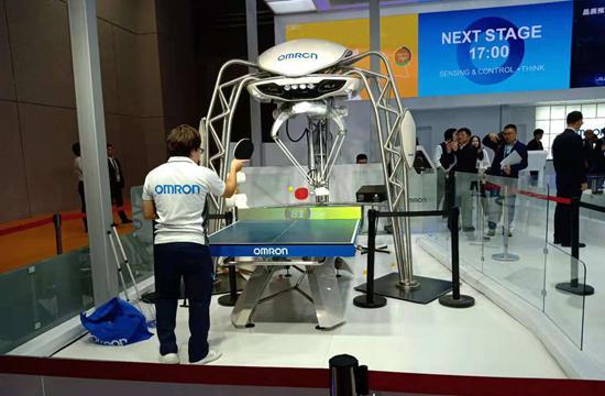 欧姆龙展示的机器人乒乓球教练与人过招,但不以战胜人类为目的。